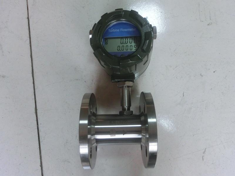 涡轮流量计(以下简称TUF)是叶轮式流量(流速)计的主要品种,叶轮式流量计还有风速计、水表等。TUF由传感器和转换显示仪组成,传感器采用多叶片的转子感受流体的平均流速,从而推导出流量或总量。转子的转速(或转数)可用机械、磁感应、光电方式检出并由读出装置进行显示和传送记录。据称美国早在1886年即发布过第一个TUF专利,1914年的专利认为TUF的流量与频率有关。美国的第一台TUF是在1938年开发的,它用于飞机上燃油的流量测量,只是直至二战后因喷气发动机和液体喷气燃料急需一种高精度、快速响应的流量计才使它