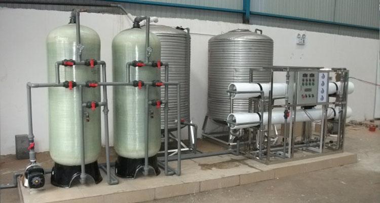 纯净水设备原理: 1.原水罐(可选) 储存原水,用于沉淀水中的大泥沙颗粒及其它可沉淀物质。同时缓冲原水管中水压不稳定对水处理系统造成的冲击。(如水压过低或过高引起的压力传感的反应)。 2.原水泵 恒定系统供水压力,稳定供水量。 3.多介质过滤器 采用多次过滤层的过滤器,主要目的是去除原水中含有的泥沙、铁锈、胶体物质、悬浮物等颗粒在20um以上的物质,可选用手动阀门控制或者全自动控制器进行反冲洗、正冲洗等一系列操作。保证设备的产水质量,延长设备的使用寿命。 4.活性炭过滤器 系统采用果壳活性炭过滤器,活性炭