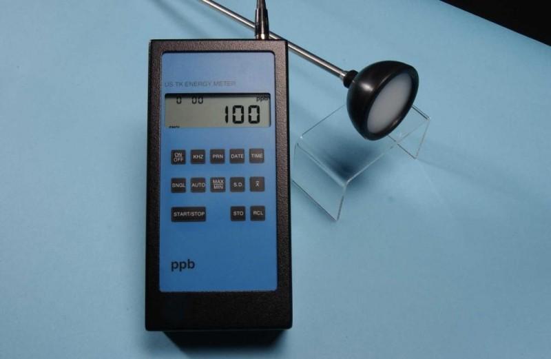 用自动测量清洗质量代替传统的目测方式,提供监测数据和判定结果。 超声波频率(能量)检测表有手提便携式和在线式2种形式,并带有一个探头。根据溶液的不同物理和化学性质,可选用不同类型和材质的探头浸润到清洗罐(池、缸)中,该设备可以帮您完成以下任务: A、测量你清洗罐(池、缸)的性能 B、控制清洗罐(池、缸)的能量(频率)水平 C、评估清洗罐(池、缸)的一致性 D、测绘清洗罐(池、缸)中超声波能量变化 产品特点 超 声波频率(能量)表是测量超声和气穴能量密度。该设备采用当今最先进的数字技术,LCD显示,极易于