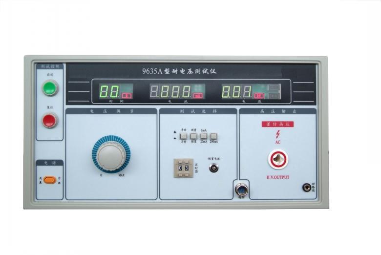 耐电压测试仪/高压测试仪 型号:9635A 简介:广泛应用于低压电器行业的普及型耐电压测试仪,交流5kV/200mA,手动升压。其测试电压、击穿电流、时间同时显示,且有合格/不合格判定,声光报警,击穿保护等功能。 产品描述: 功能特点 1、 符合《GB4706》《IEC60335》家用和类似用途电器的安全 2、 符合《GB7000》《IEC60598》灯具一般安全要求与试验 3、 符合《GB4943》《IEC60950》信息技术设备安全 4、 符合新规程耐压仪检定规程的要求 5、 交流耐电压测试仪, AC