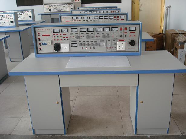 通用电路板与插座表面布有四孔一组相互导电的插孔(注塑成型),其