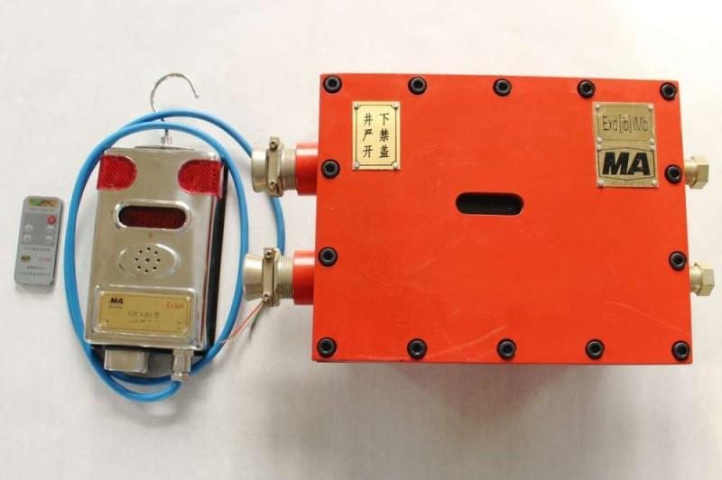 特点及用途 DJ4/1140(660)J机载式甲烷断电仪(以下简称断电仪)是一种适用于煤矿井下各作业场所的采煤机、掘进机等设备,为各种传感器提供直流本安电源,并提供甲烷超限报警、断电功能的固定式仪器。断电仪主机具有数字显示、红外线遥控调校功能,能检测甲烷传感器信号和提供断电(指令)输出。断电点、报警点的设定和断电控制方式的设定均通过遥控器进行。此仪器有备用电池,当交流供电电源停电时,备用电池自动切换工作。 机载式甲烷断电仪DJ4/1140(660)J DJ4/1140(660)J机载式甲烷断电仪由DJ4