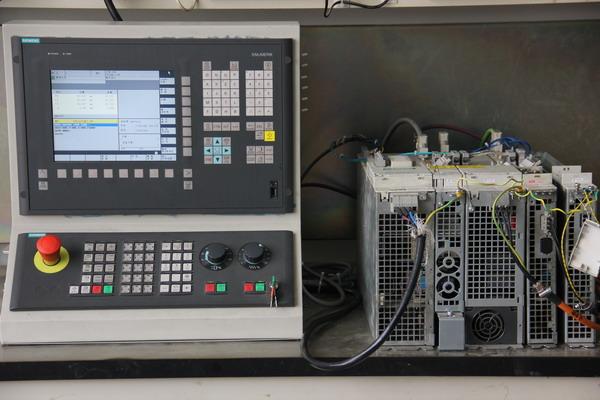 1. SINUMERIK 802S/C 系统 SINUMERIK 802S/C 系统专门为低端数控机床市场而开发的经济型CNC 控制系统。802S/C 两个系统具有同样的显示器,操作面板,数控功能,PLC 编程方法等,所不同的只是SINUMERIK 802S 带有步进驱动系统,控制步进电机,可带3 个步进驱动轴及一个±10V 模拟伺服主轴; SINUMERIK 802C 带有伺服驱动系统,它采用传统的模拟伺服±10V 接口,最多可带3 个伺服驱动轴及一个伺服主轴。 2. SIN