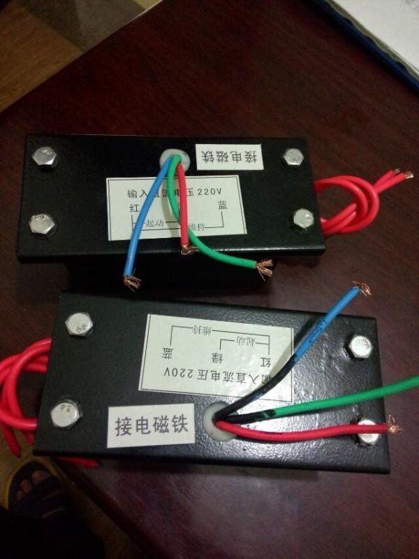 制动器由磁轭、励磁线圈、弹簧、制动盘、衔铁、花键套、安装镙钉等组成,制动器安装在设备的法兰盘(或电动机)的后端伸;传动轴与花键套与制动盘联结。 制动器的励磁线圈接通额定电压(DC)时,电磁力吸合衔铁,使衔铁与制动盘脱离(释放),这时传动轴带着制动盘正常运转或启动,当传动系统分离或断电时,制动器也同时断电,此时弹簧施压于衔铁,迫使制动盘与衔铁及法兰盘之间产生摩擦力矩,使传动轴快速停转。 DTZ-250电磁铁控制器直流220V两用电磁铁控制器 注意事项:在制动器散热环境较差,传动轴又是长时间连续工作时,如